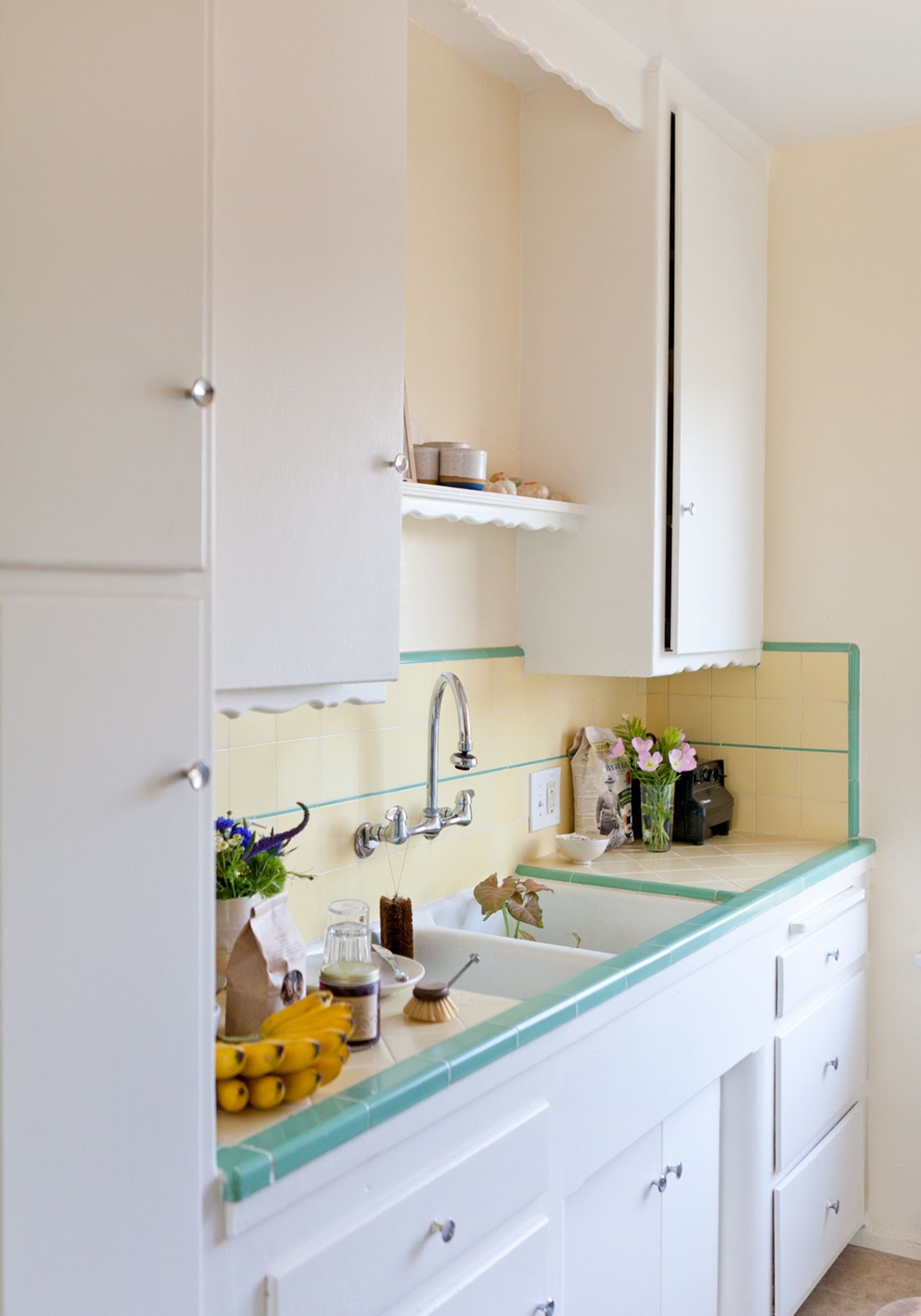 The Best Ways To Get Sticky Cooking Grease Off Cupboards Small Space Kitchen Clean Kitchen Cabinets Kitchen Space