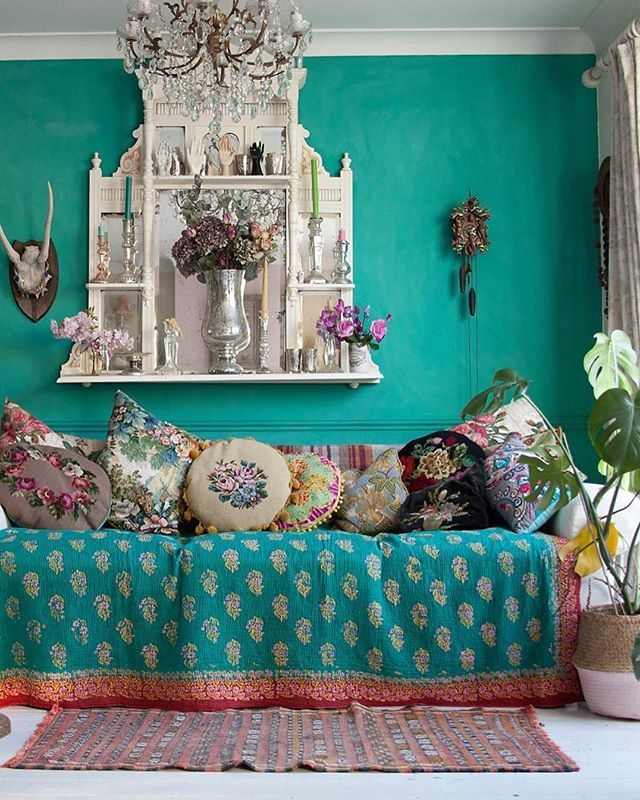 Janice Issit's gorgeously turquoise living room