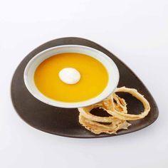 Soepje van jonge wortel, schuim van gerookte melk en uienringen