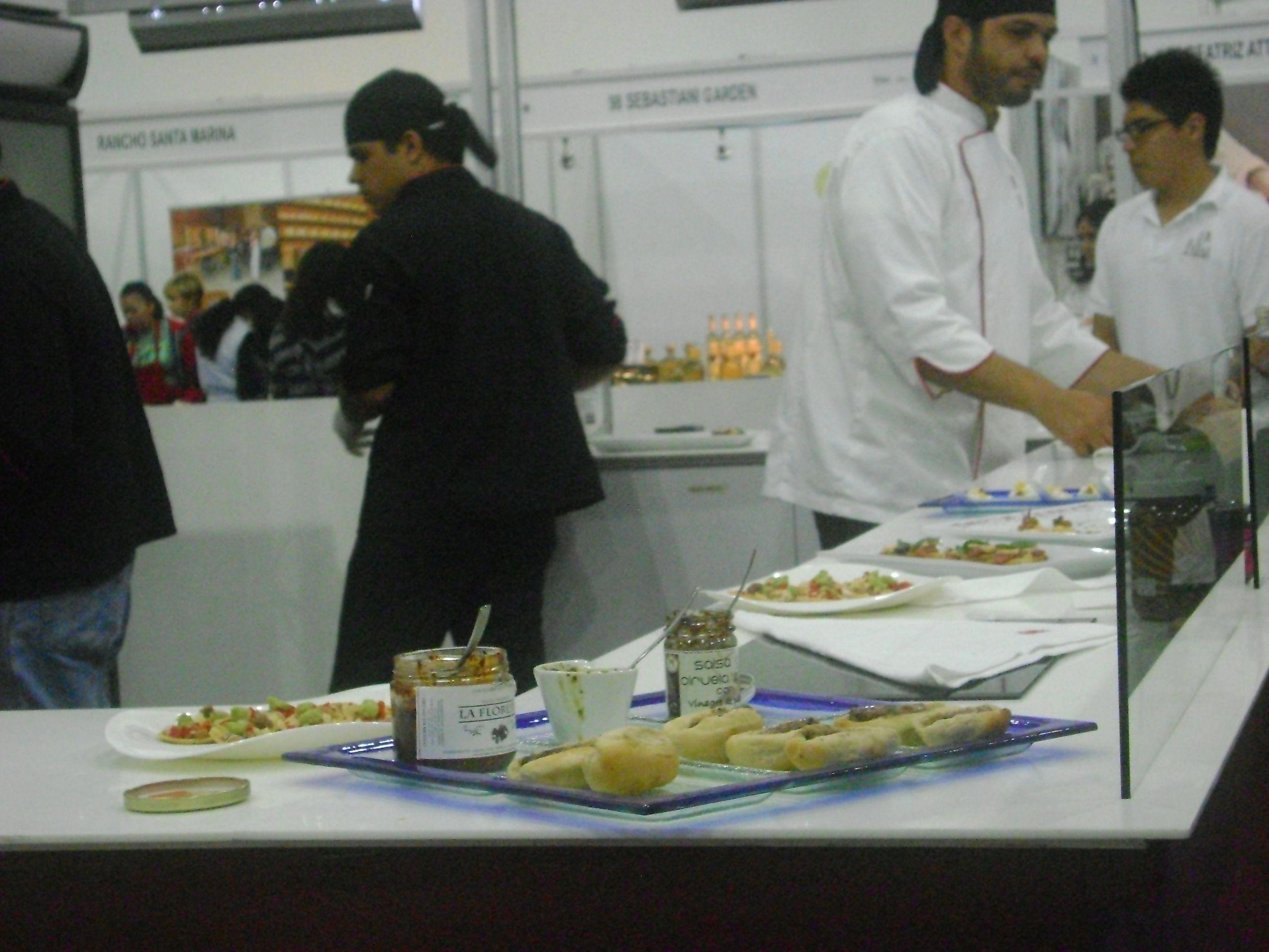 Chefs realizando alimentos con productos de La Floresta