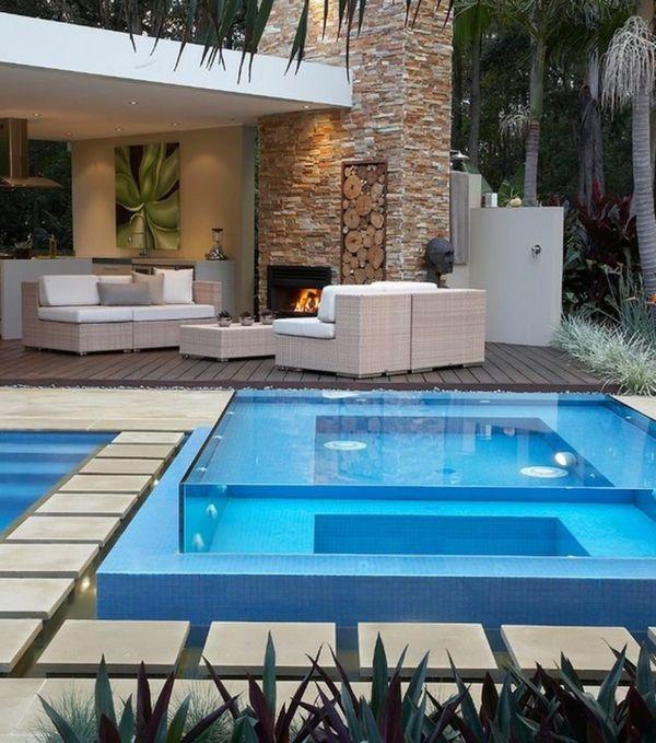 super moderner Pool und Whirlpool mit durchsichtigen Glaswänden ...