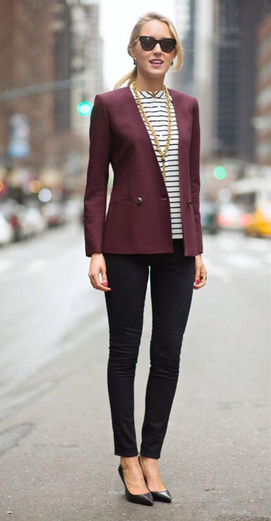 Burgundy blazer and a simple top with dark wash jeans Business Kleidung  Damen, Schwarze Sonnenbrille 2e5912faf5