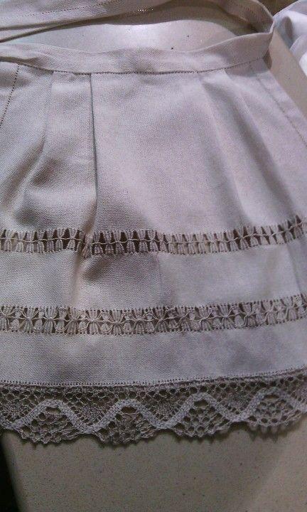 Mandil para niña en lino y bordado con vainicas 45€