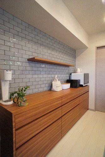 ブルーグレーのタイルがアクセント オリジナルキッチン収納 グレー