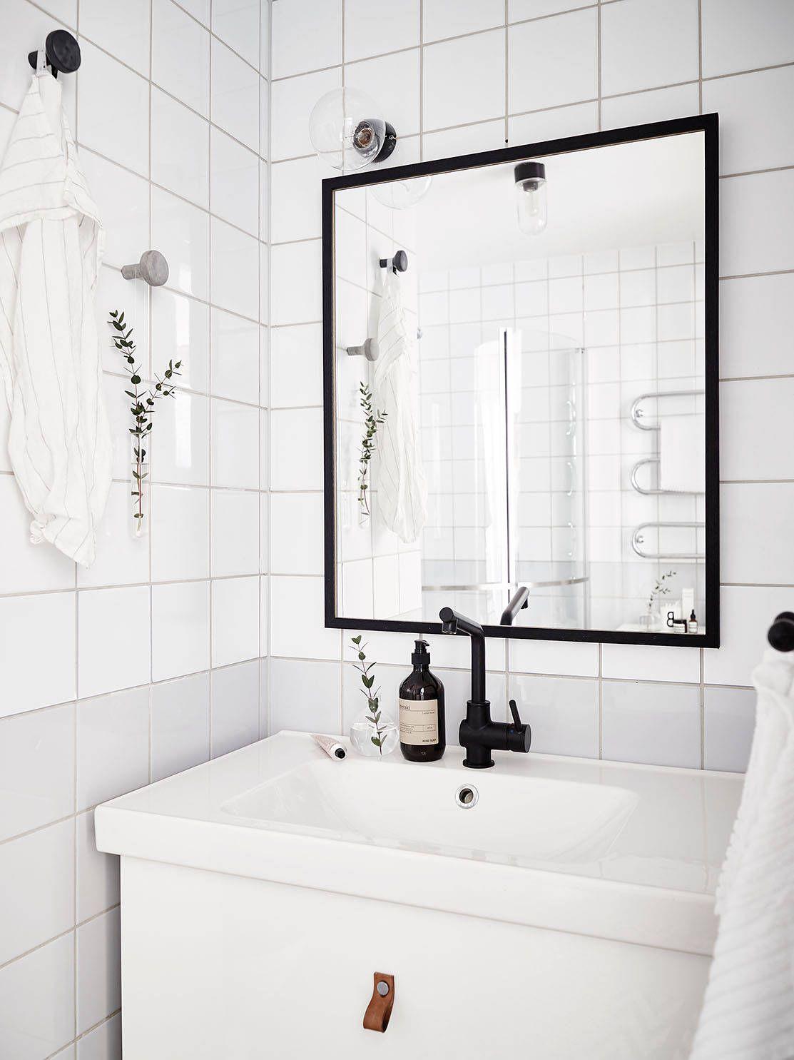Simpele\' Scandinavische badkamer in zwart wit kleuren. Door het ...