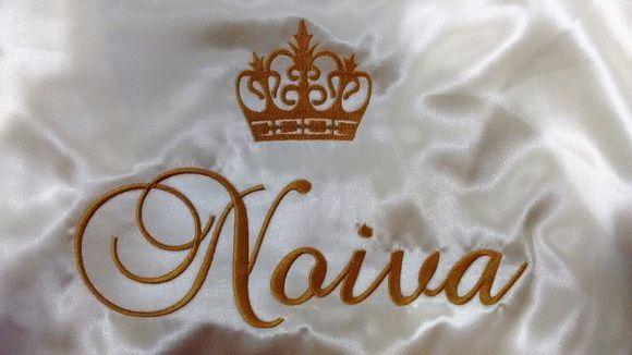 """Fazemos e personalizamos lindos robes para o grande dia!  Tenha fotos lindas no making off do seu casamento.    Bordamos a palavra """"noiva"""", o nome das suas madrinhas, as iniciais do casal ou o seu monograma em nossos modelos de robes de cetim.    Você escolhe: cor do Robe e cor do Bordado.    Con..."""