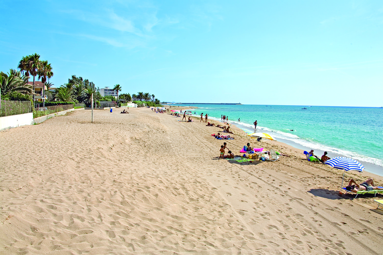 Playa La Caracola Extensa Playa De Arena Fina Playa De Arena Playa Viajar Por España