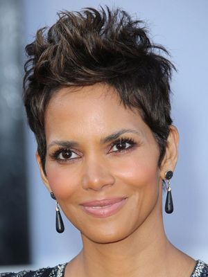 Halle Berry Grown Pixie Look How To Grow Out A Pixie Cut Faster