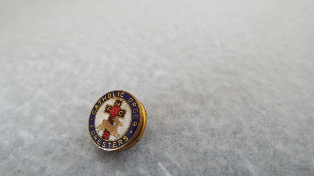 VINTAGE NEW NOS CATHOLIC ORDER OF FORESTERS ENAMEL LAPEL PIN