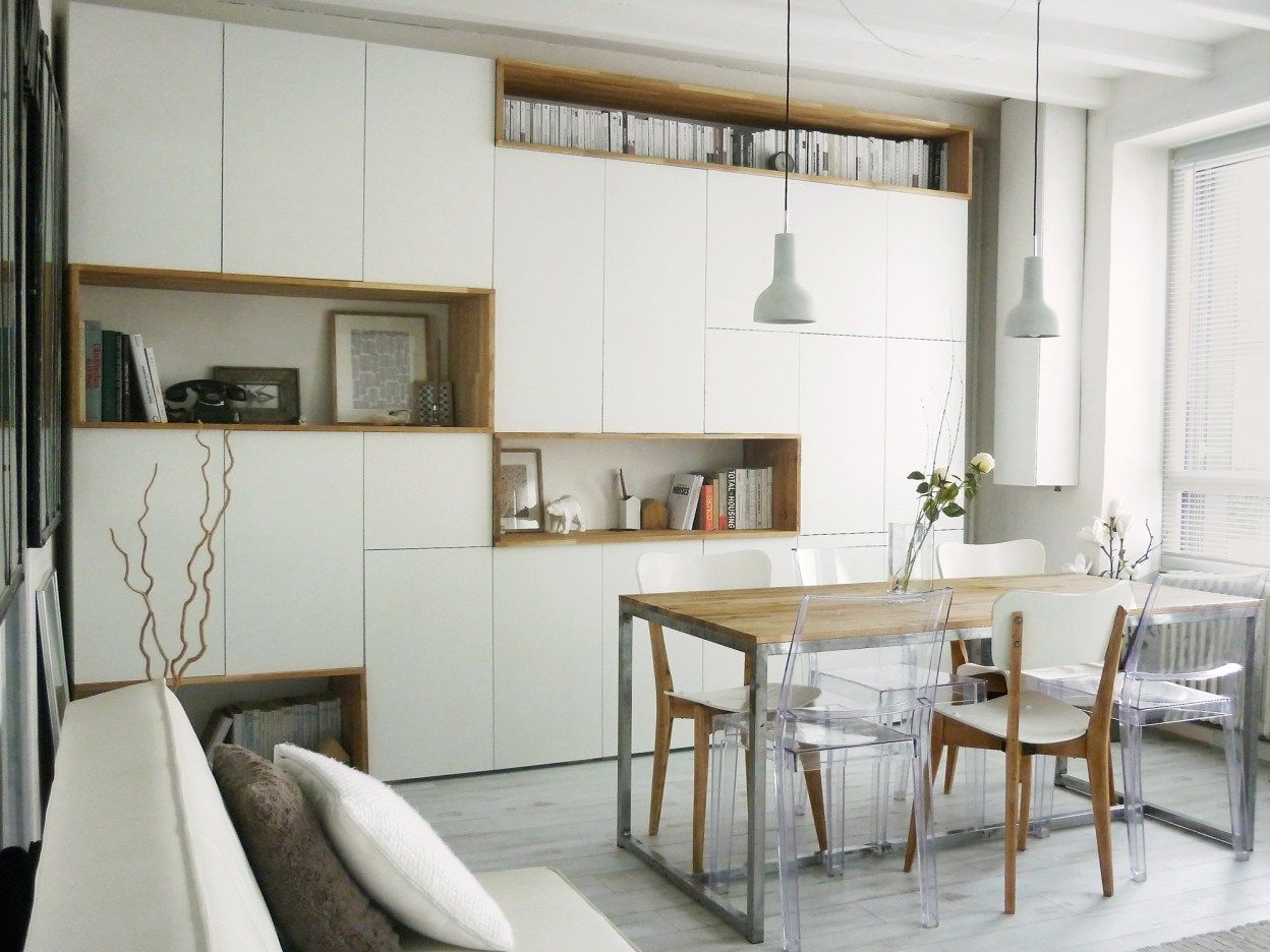 Un Mur De Rangement Blanc Et Bois Meuble Salle A Manger Salle A Manger Moderne Rangement Salon