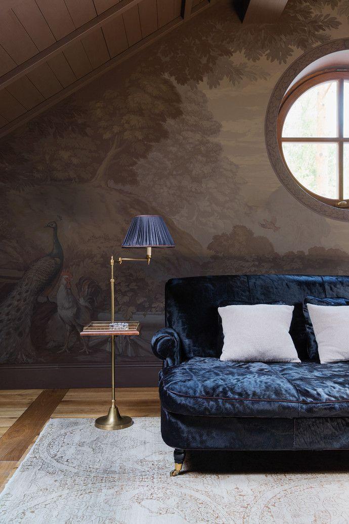Фрагмент гостиной в мансардном этаже. Диван, Baxter, торшер, Besselink & Jones, роспись стен — художник Артем Степанов, антикварный ковер, Galerie 46.