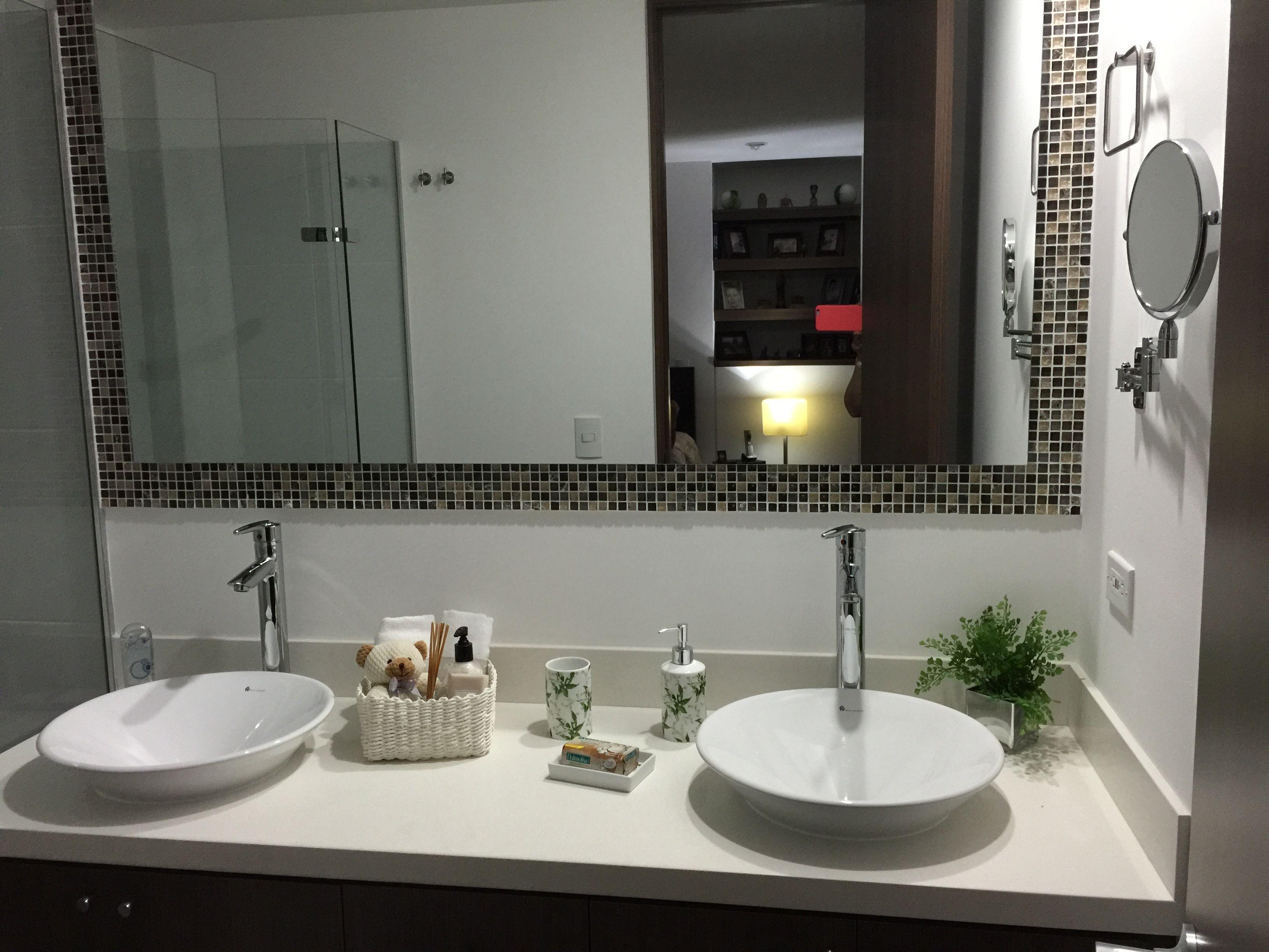 Ba o con doble lavamanos y espejo con cenefa y d talles de for Duchas modernas precios