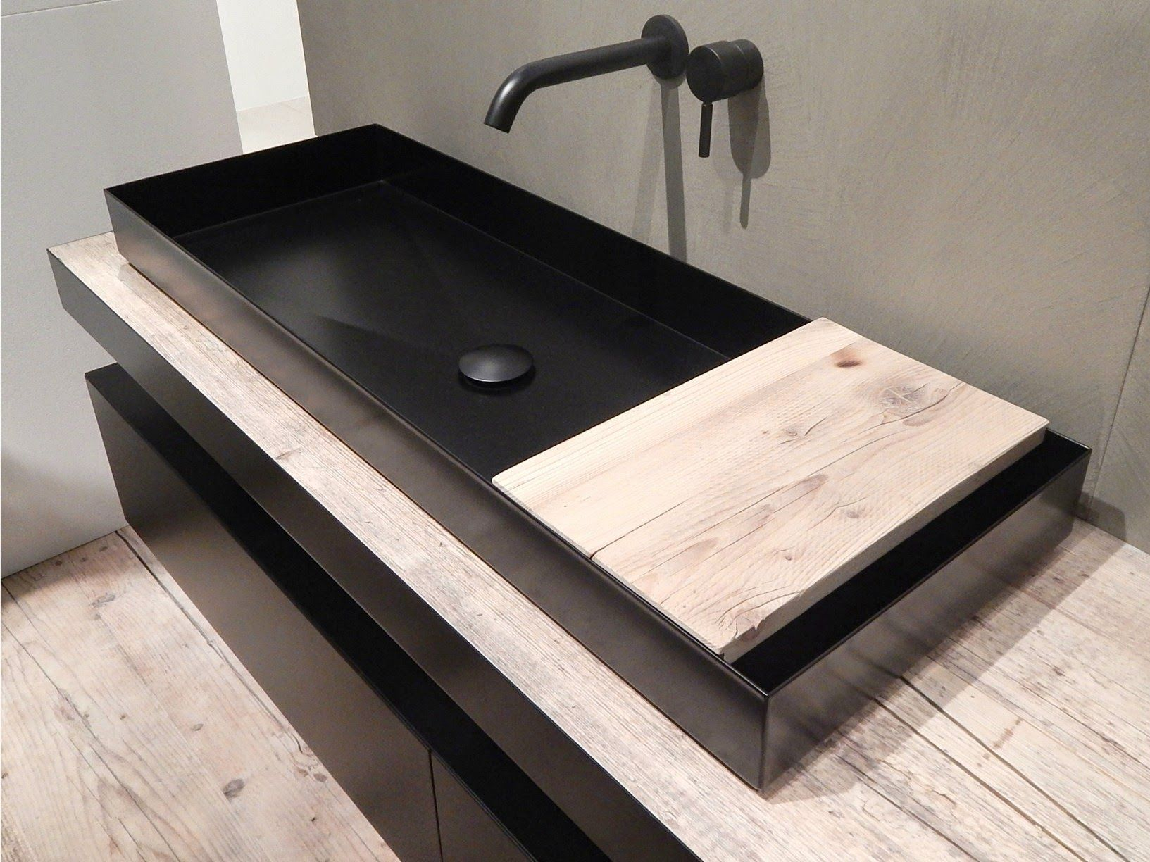 Entspannendes badezimmerdekor steel washbasin and reused wood top feature the industrial line