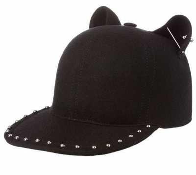 65169b2d5965a Los Complementos Femeninos Las gorras de mujer son uno de los complementos  femeninos que más definen el carácter urbano de la mujer cosmopolita que  vive en