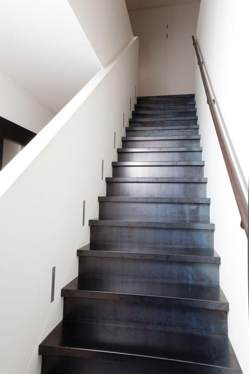 Een trap in blauwstaal is een prachtige blikvanger in uw interieur het staal combineert erg - Decoratie interieur trap ...