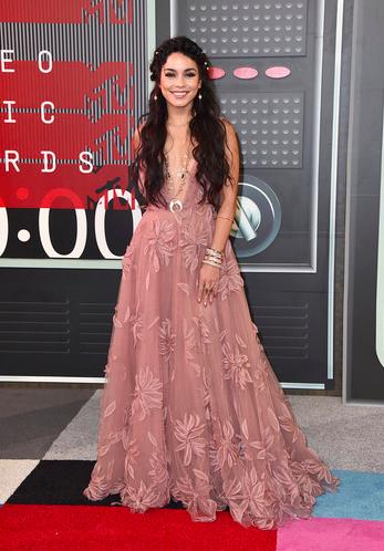 300a23c1e Vanessa Hudgens fue nuestra favorita de la noche con este romántico vestido  rosa maquillaje bordado con flores de Naeem Khan.