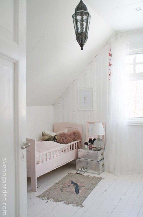 Schuin dak, witte hoogglans houten vloer Kamertje van Jules