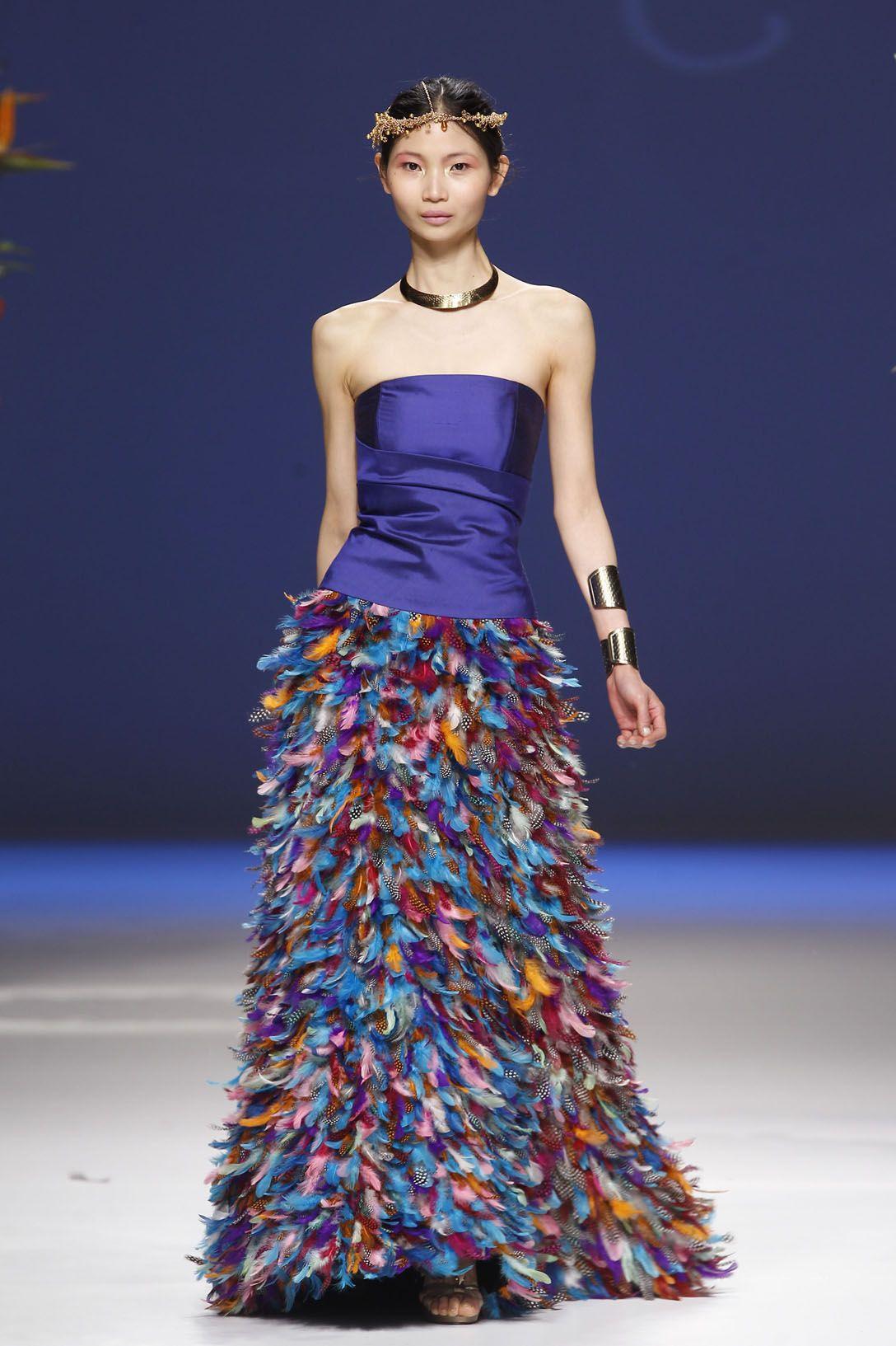Espectacular vestido con plumas de colores. A la venta en www ...