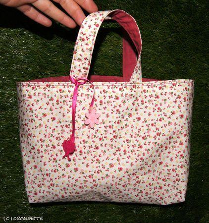 3be69e03ba Le mini-cabas pour petite fille. Le tuto qui m'a servi pour faire le sac de  ma plus jeune nièce.