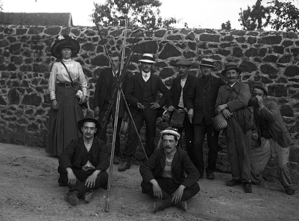 La seule femme du groupe de pêcheurs , J.B Boudeau, vers 1909 - Bfm Limoges ; http://boudeau.bm-limoges.fr/