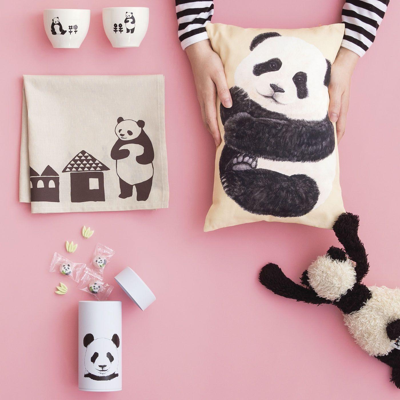 こちらを見つめるパンダの愛くるしい表情にメロメロ You More パンダが家にやってきた のんび りごろごろパンダ雑貨の会 パンダアート パンダ 猫