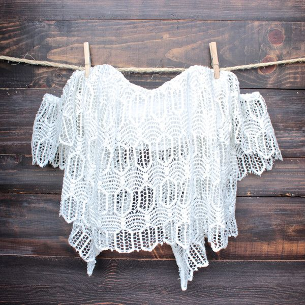 This expertly tailored boho chic crochet top features a crochet leaf design…