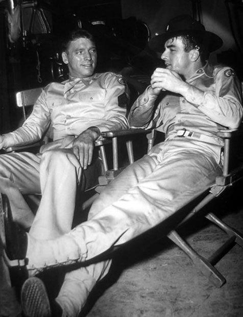 Burt Lancaster Y Montgomery Cliff Charlan En Un Descanso Del Rodaje De De Aquí A La Eternidad De Fred Zin Montgomery Clift From Here To Eternity Film History