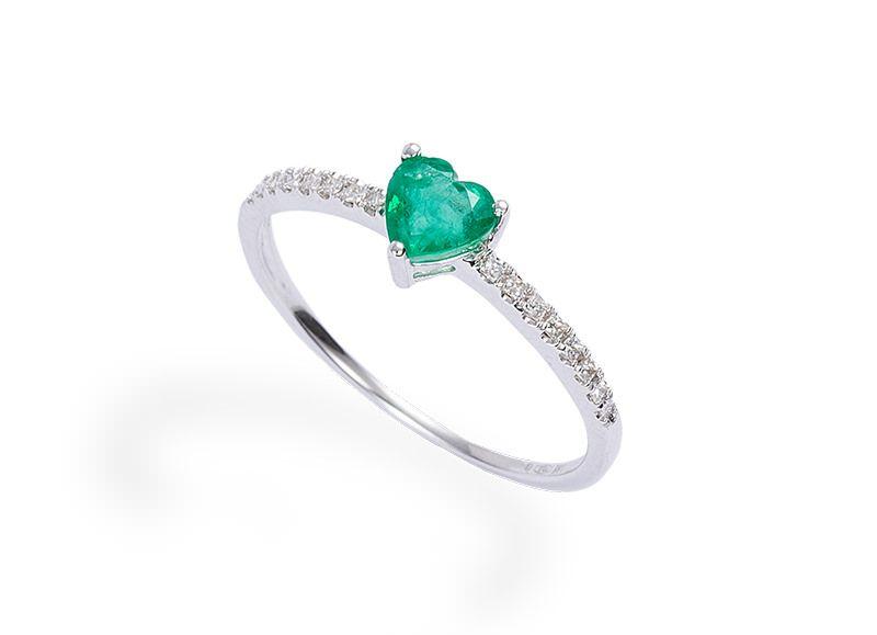 1cf45f610e75f alianca-de-noivado-com-diamantes-e-detalhe-em-coracao-esmeralda-ouro-branco