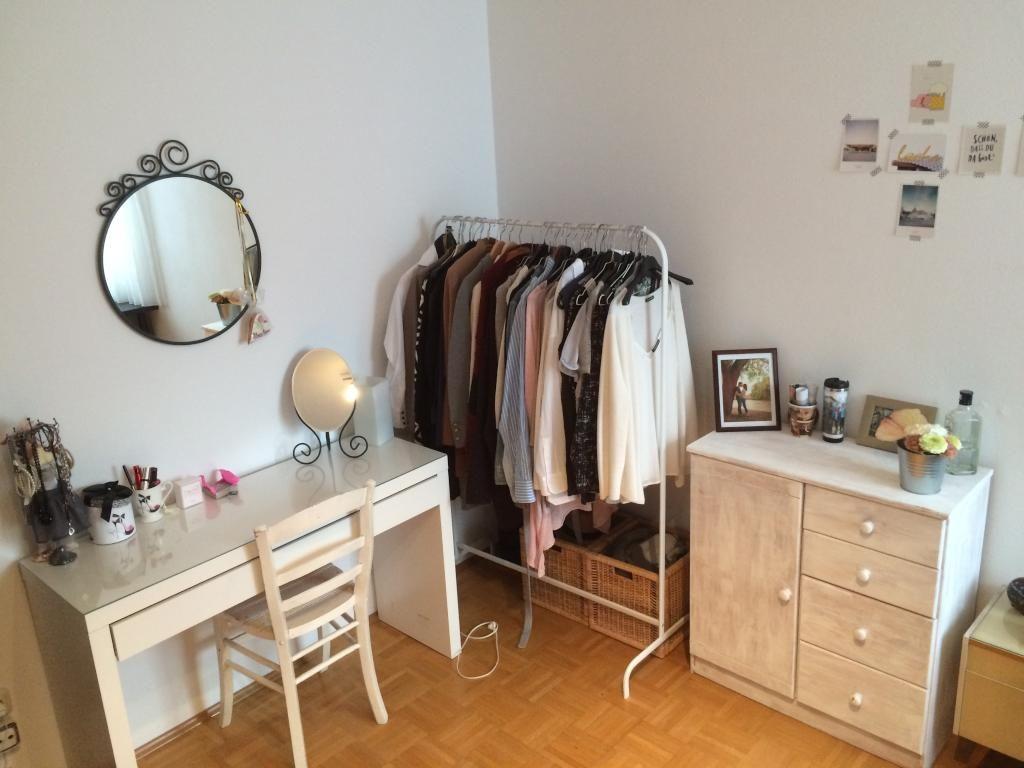 Schlafzimmer Schminktisch ~ Ordentliches zimmer mit kleiderstange und hellem schminktisch wg