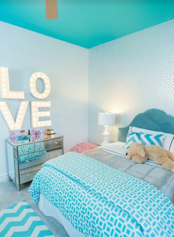 chambre design Love en bleu avec plafond
