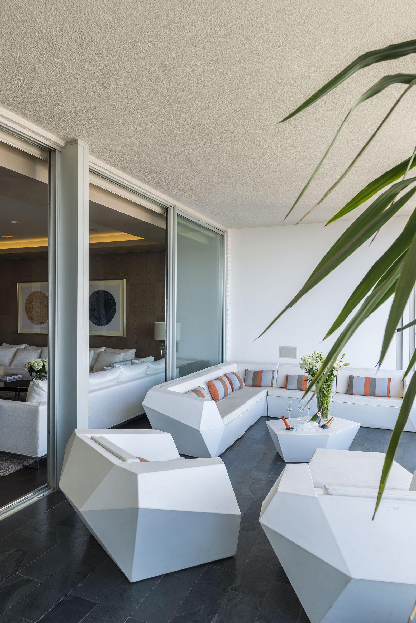 Living Para Terraza Blanco Con Toques En Naranajo Y Gris