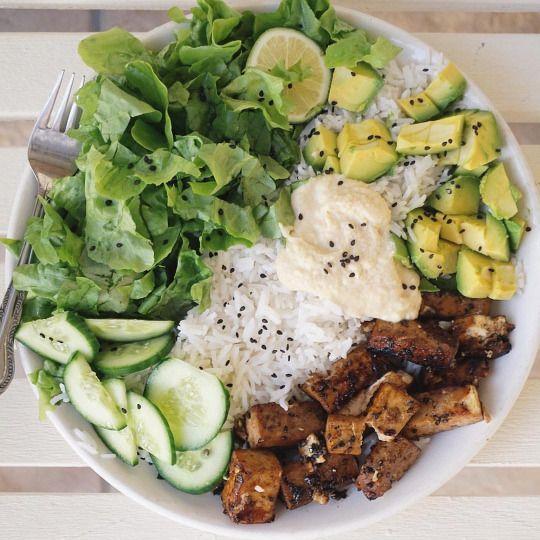 TOFU: 2 tbsp tamari,1 tbsp water, sesam seeds, lemon juice → bakken + RIJST + AVOCADO + HUMMUS (homemade) + KOMKOMMER + SLA