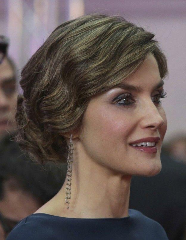 Inspírate en la Reina Letizia para tus peinados de invitada ... 8d74ed2354a