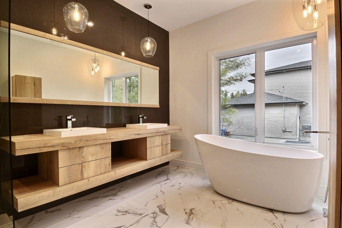 Belle salle de bains #design avec #baignoire #noir #blanc #bois ...