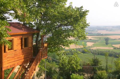 7 Amazing Mid-Winter Escapes | Design*Sponge casa sull'albero in Monferrato
