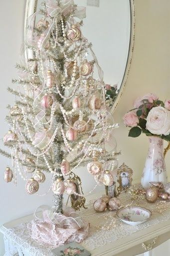 Charming shabby chic christmas decorating ideas for Number of ornaments for christmas tree