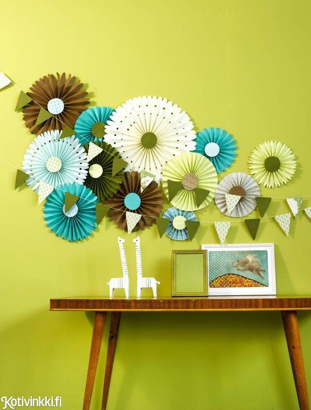 Taittele seinälle paperikukka tai kokonainen kukkaketo. Kukat toimivat hurmaavina koristeina esimerkiksi juhlissa. Katso taitteluohje!
