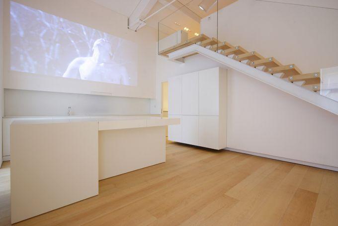 Duplex loft met video projectie op de keukenwand voor