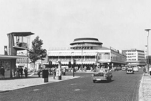 Berlin 1950er Jahre Kurfuerstendamm Joachimsthaler Strasse Die Verkehrskanzel U Das Beruhmte Cafe Kranzler Berlin Geschichte Berlin Berlin Stadt
