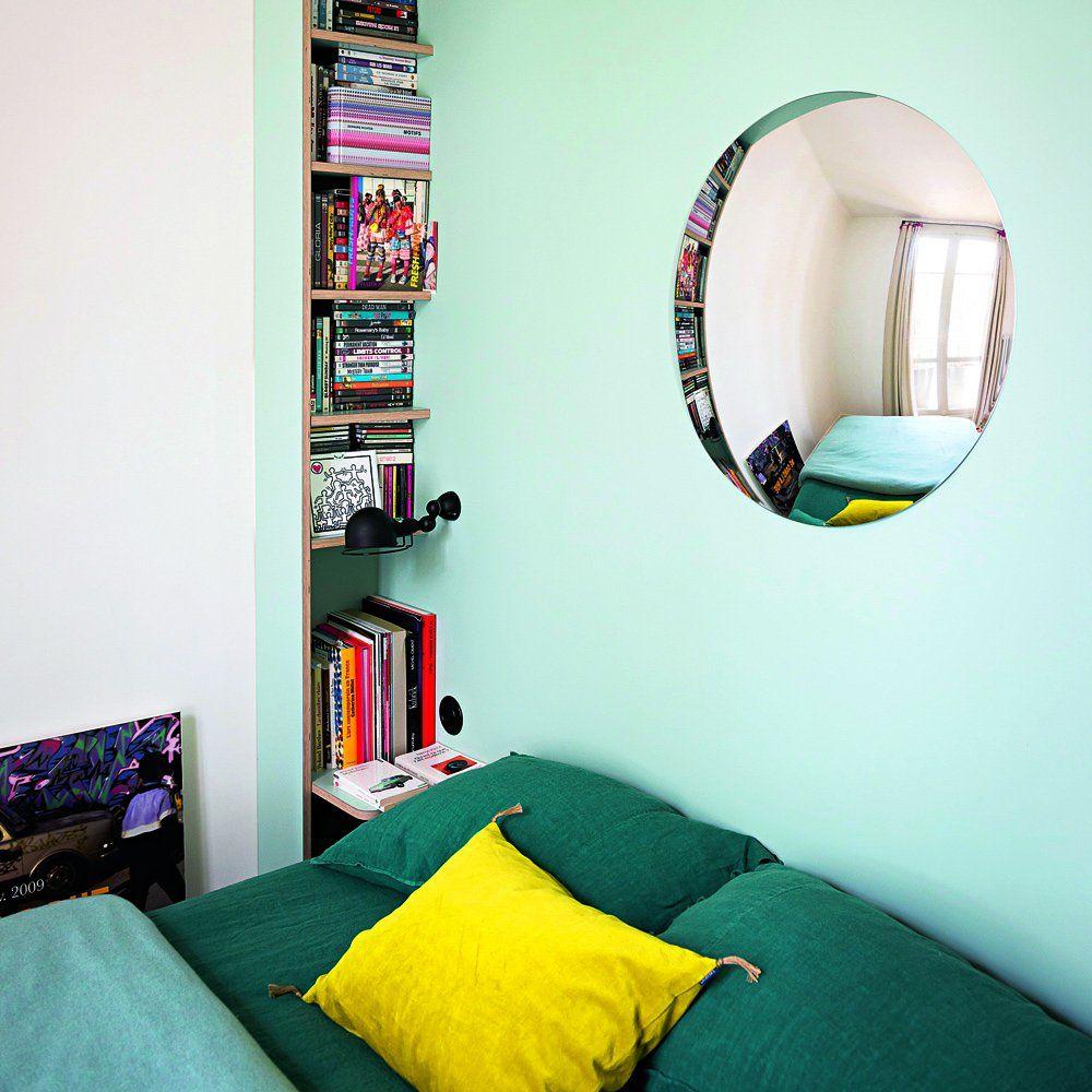 chambre avec tête de lit en bois peinte en bleu et linge de lit