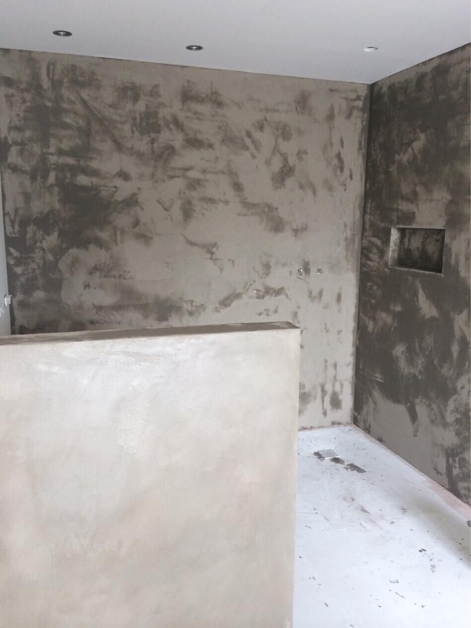 Primera capa de cemento pulido en las paredes del ba o for Cera de hormigon para azulejos de bano