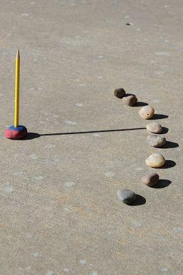 Sonnenuhr: Bleistift in Knetmasse  stecken. Jede volle Stunde einen Stein  ans Ende  des  Schattens legen.