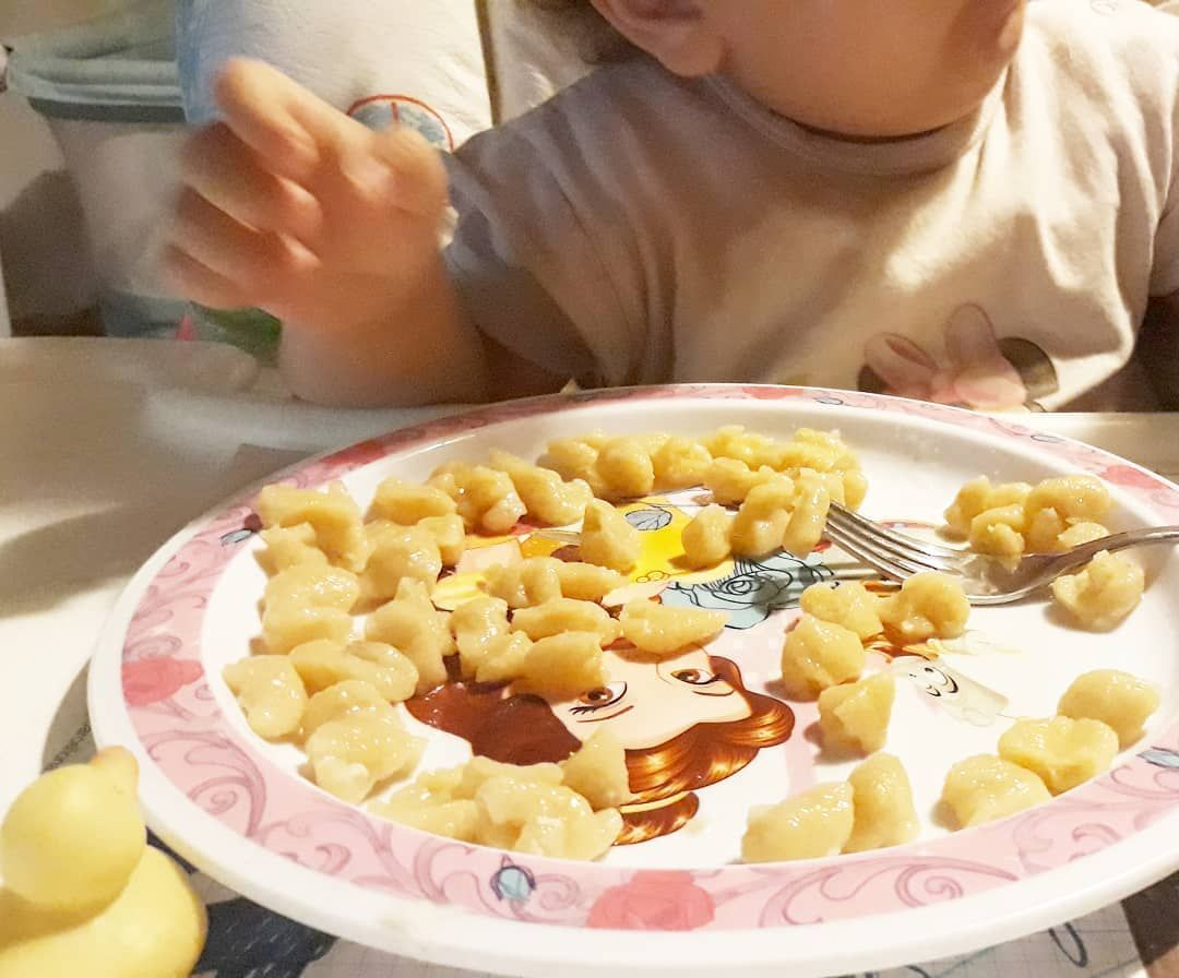 Gnocchi di zucca e tofu Stasera acevp voglia di cucinare qualcosa di particolare per Meg... un plumcake salato, una pizzetta ripiena... in frigo avevo un pò di zucca e del tofu, così li ho messi in padella con un po' d'acqua, magari per condire un pò di pasta. E invece sono diventati la pasta! Schiacciati, con un pò di semola e di farina di riso. #gnocchi  Per noi insalata di spinaci con peperoni cotti al forno #ultimo giorno #detox #5 #detoxday #diet #mammainallattamento #casina #ioteSpudefagio #magariungiorno