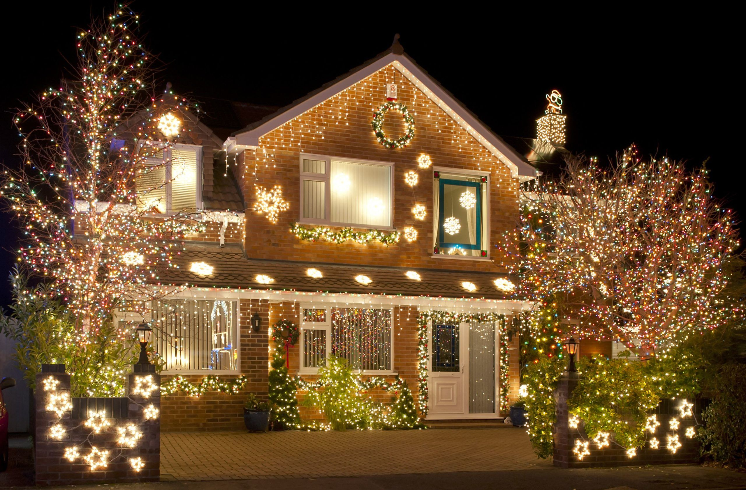 New Article On The Blog How To Set Up Decorative Lights On Your Roof The Best Way In 2020 Christmas Lights Decorating With Christmas Lights Christmas Lights Outside