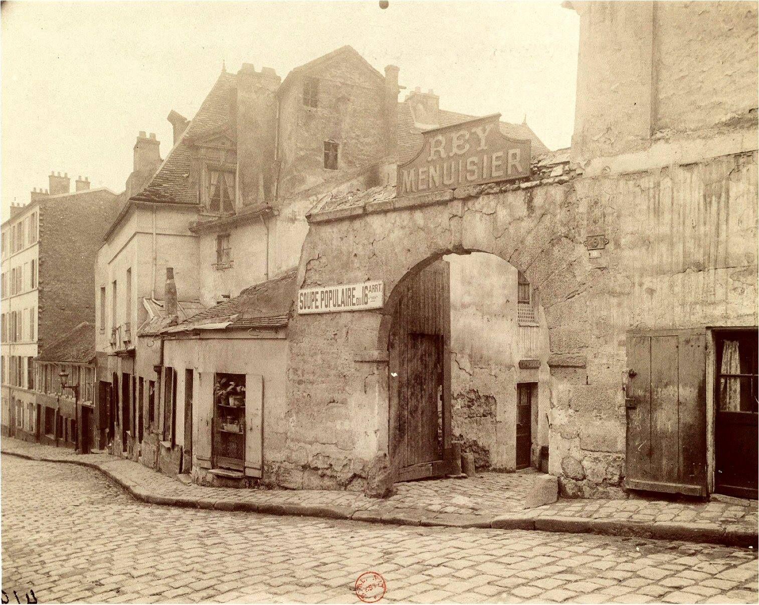 L'immense compositeur Ludwig van Beethoven (1770-1827) est mort il y a 189 ans. Voici la rue parisienne qui porte son nom, photographiée par Eugène Atget en 1901, où on voit l'ancien couvent des Minimes de Chaillot qui abritait alors la Soupe populaire du... 16ème arrondissement! Paris d'antan, Facebook.