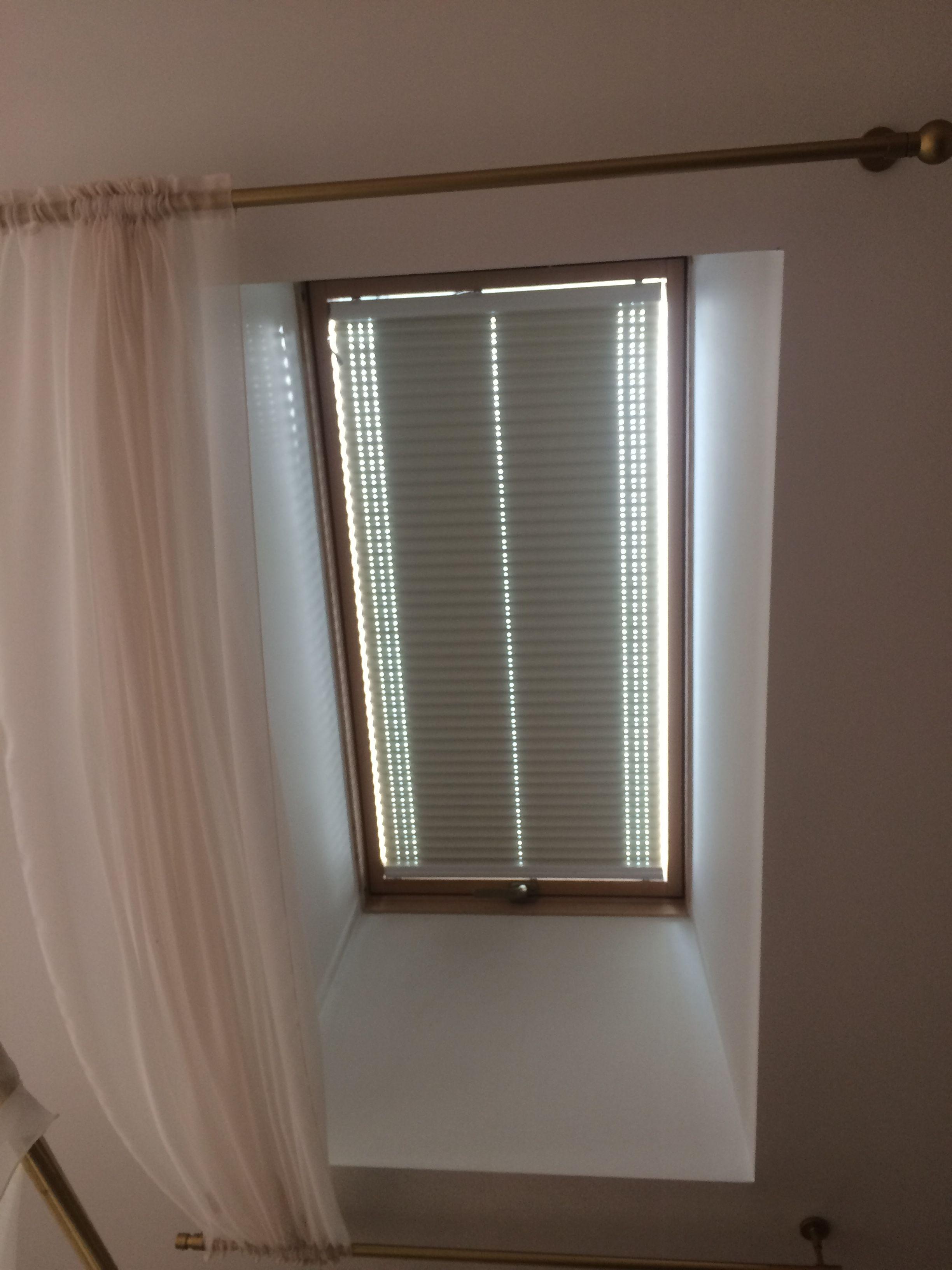 шторы плиссе с электроприводом на мансардные окна рулонные
