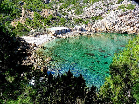 ES PORTITXOL    Tal vez uno de los lugares más bellos y espectaculares de todo el litoral norteño de la zona de Es Amunts. Fácilmente acces...