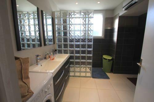 douche à lu0027italienne en blocs de verre Salle de bains du bas +