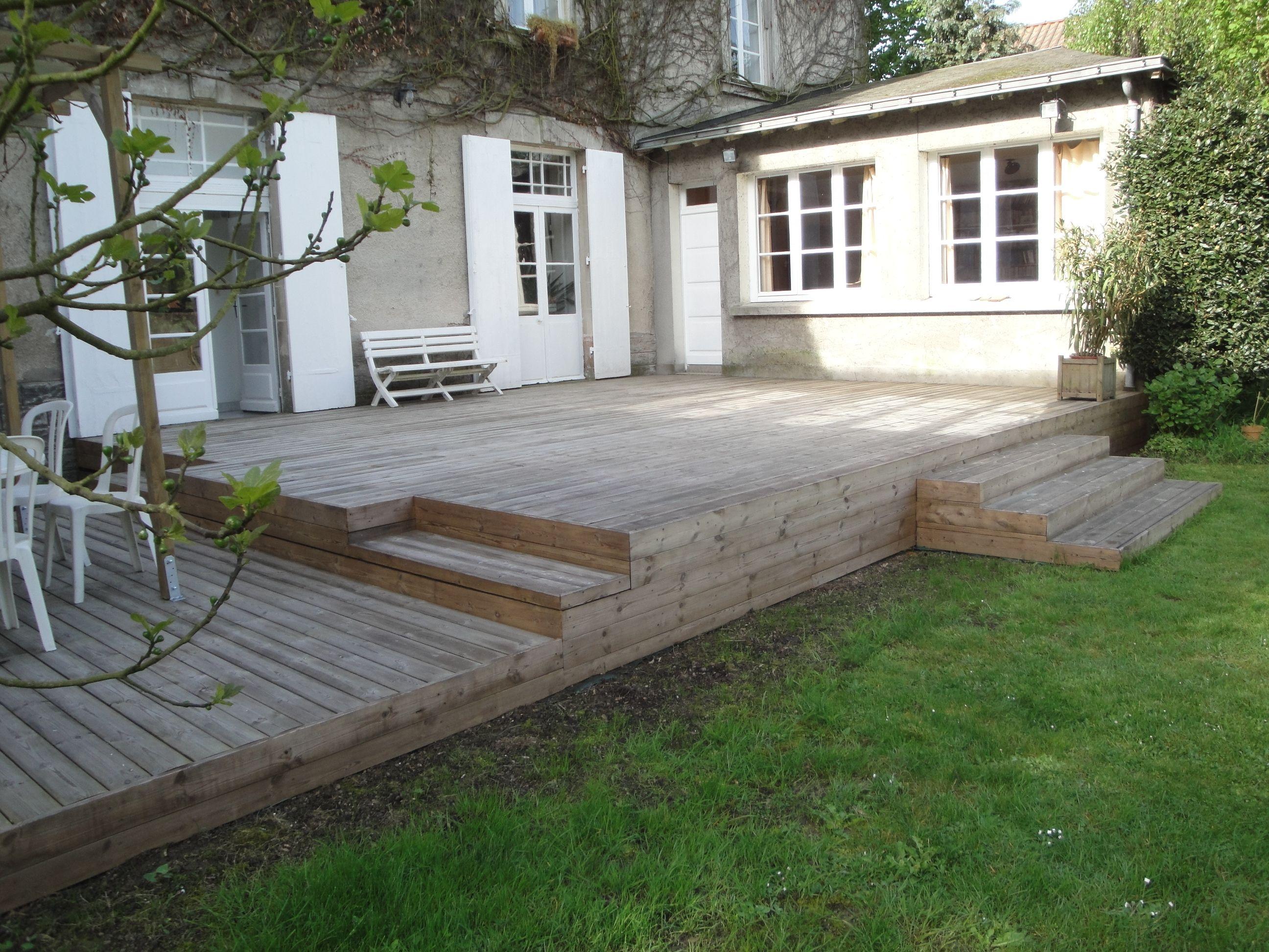 terrasse avec escaliers incrustés en thermopin grisé réalisation