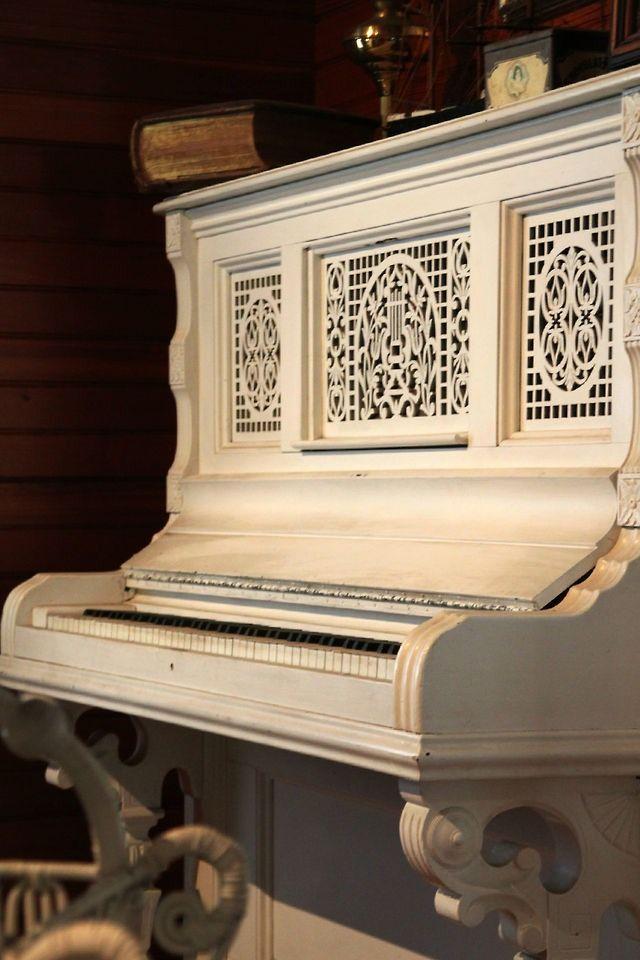 Vintage Piano Beautiful Www Jimspianos Com 850 205 5467 Piano Old Pianos White